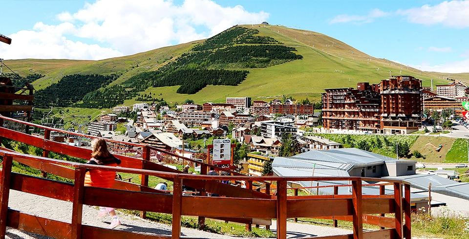 Vue de la station l'Alpe d'Huez en été